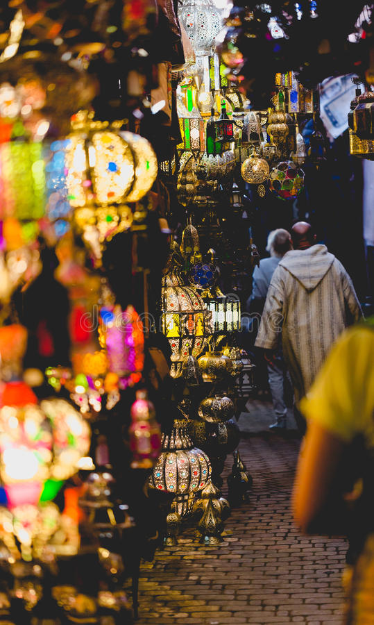 Stary Medina souk rynek w Marrakesh Ścieżka z colourful lampami obrazy royalty free