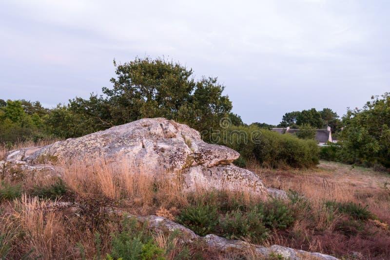 Stary megalit w Le Brunet na pogodnym wieczór w lecie zdjęcie royalty free