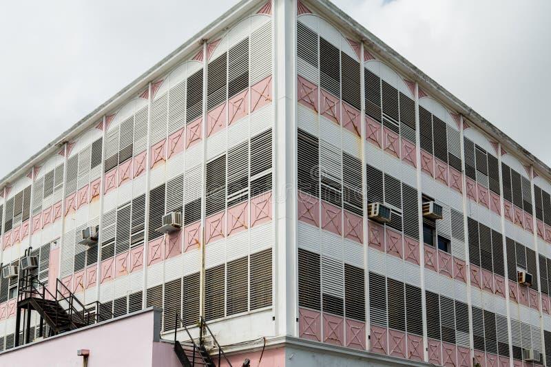 Stary menchii i bielu budynek z okno powietrza Conditioners obrazy royalty free