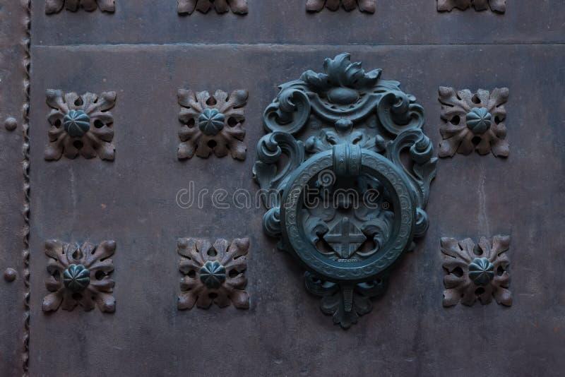 Stary metal drzwiowej rękojeści knocker na żelaznym tle zdjęcie royalty free