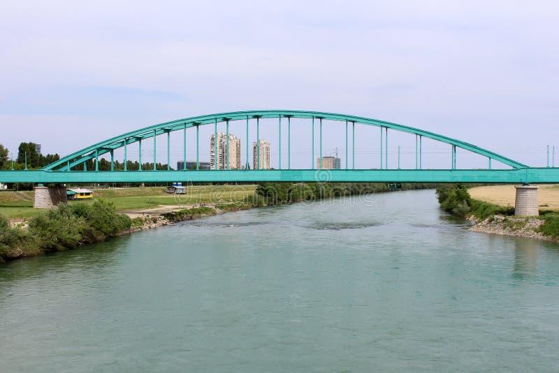 Stary metal wysklepiał kolejowego most na dwa betonowych filarach obraz royalty free