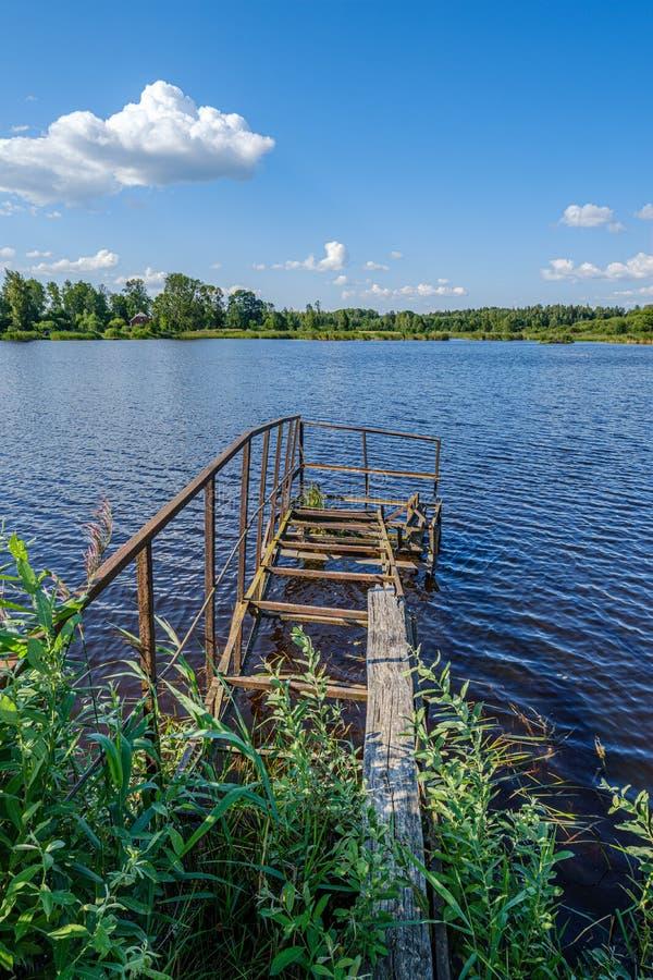 stary metalowy most w błękitnym jeziorze latem obrazy stock