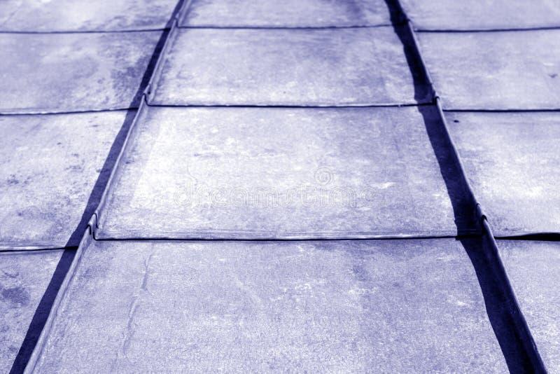 Stary metalu dach w błękitnym brzmieniu obrazy stock