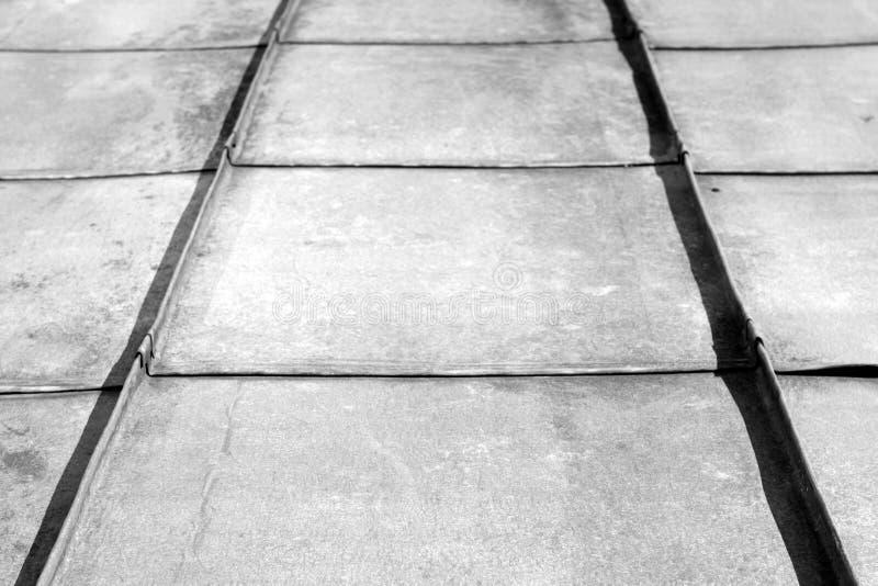Stary metalu dach w czarny i biały fotografia stock