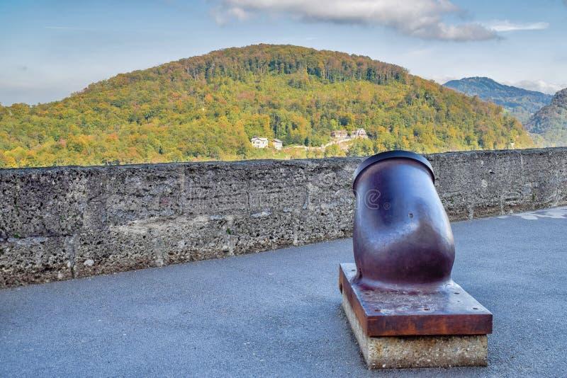 Stary metalu działo z natury tłem w fortecy w Salzburg Austria w słonecznym dniu przy jesienią fotografia stock