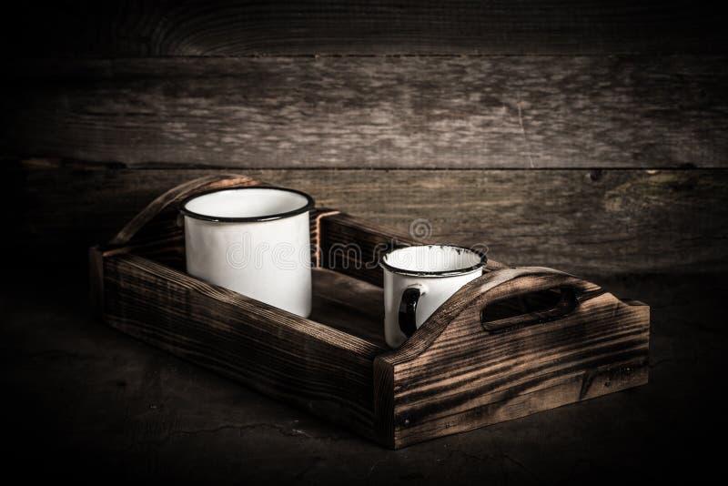 Stary metalu enamelware i handmade drewniany pudełko na retro stole stonowany zdjęcie stock