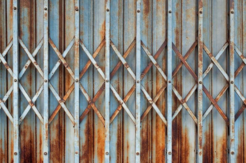 Stary metalu falcowania drzwi z ośniedziałym i narysy zamykamy up obrazy royalty free