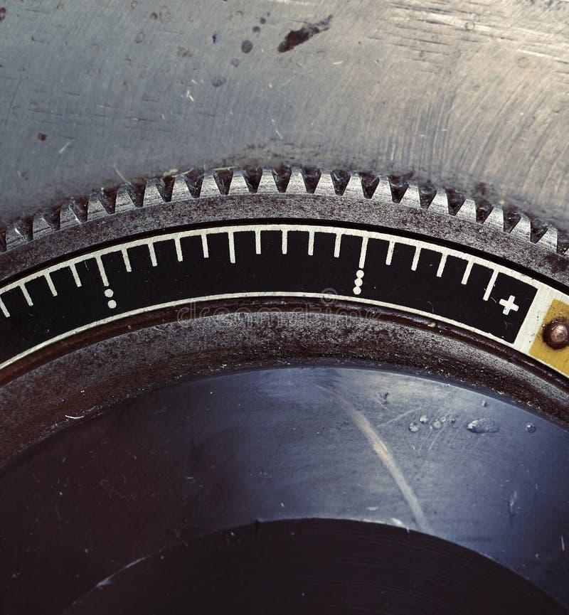 Stary metalu flywheel z skala obraz stock