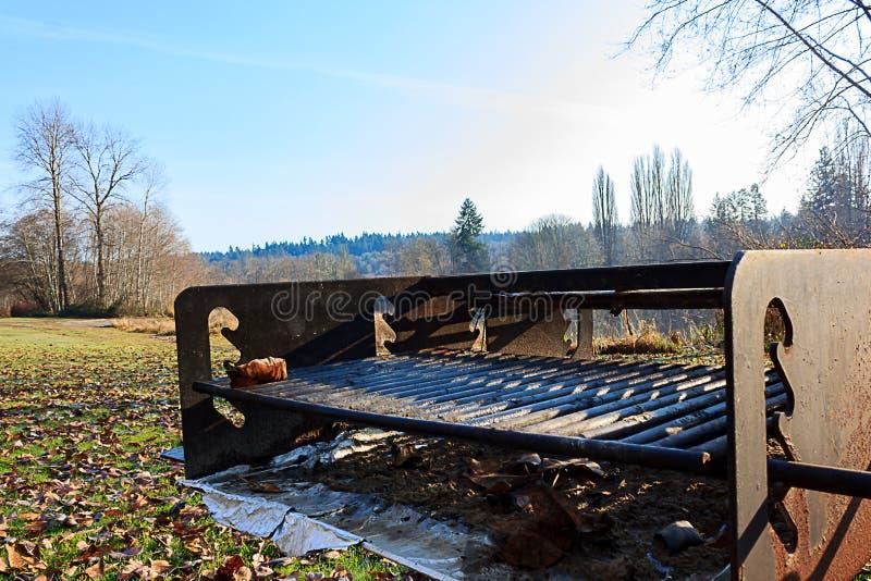 Stary metalu grill przy parkiem obraz royalty free
