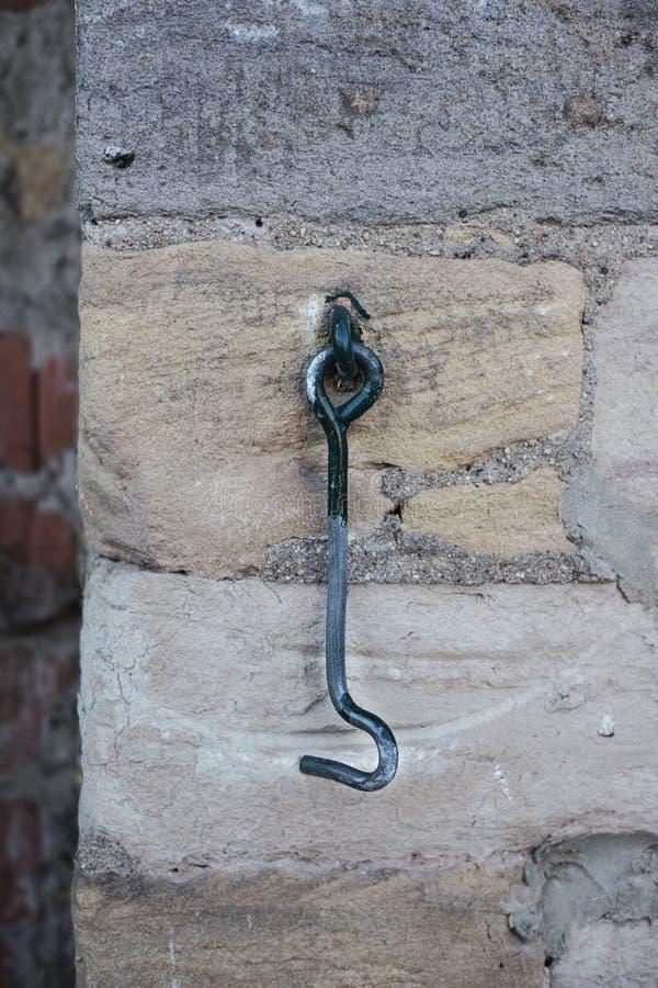 Stary metalu haczyk dla zamykać z podławą farbą na ścianie stary zdjęcia royalty free