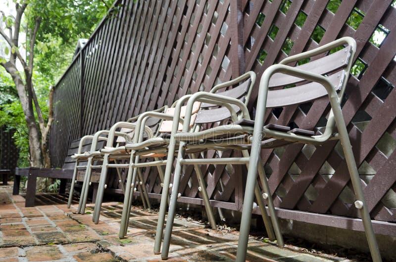 Stary metalu krzesło na ceglanej podłoga zdjęcie stock