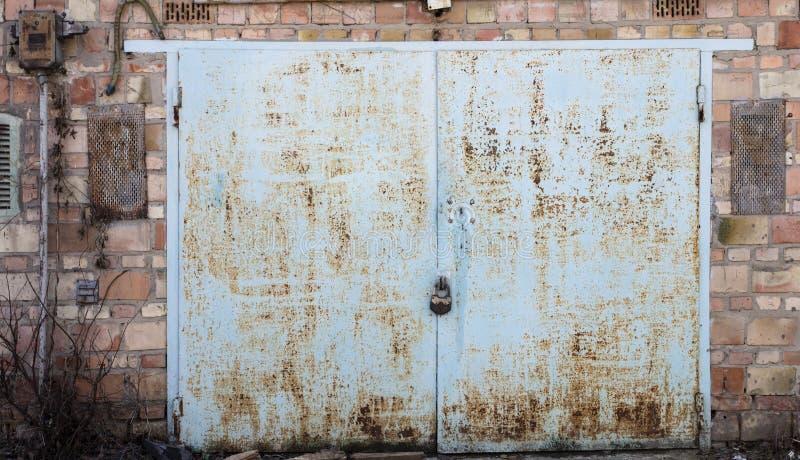 Stary metalu magazynu drzwi zdjęcia stock