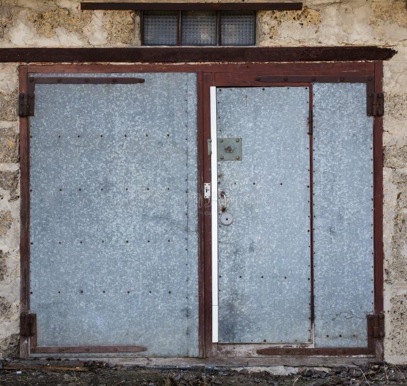Stary metalu magazynu drzwi zdjęcie royalty free