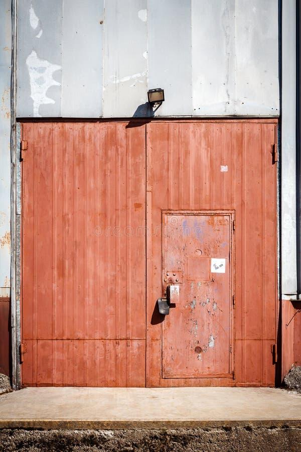 Stary metalu magazynu drzwi, hangar brama obrazy royalty free