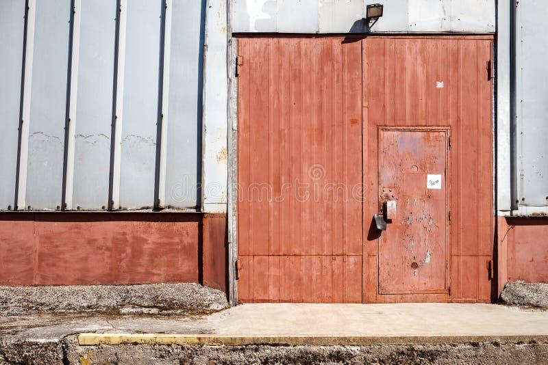 Stary metalu magazynu drzwi, hangar brama obraz royalty free
