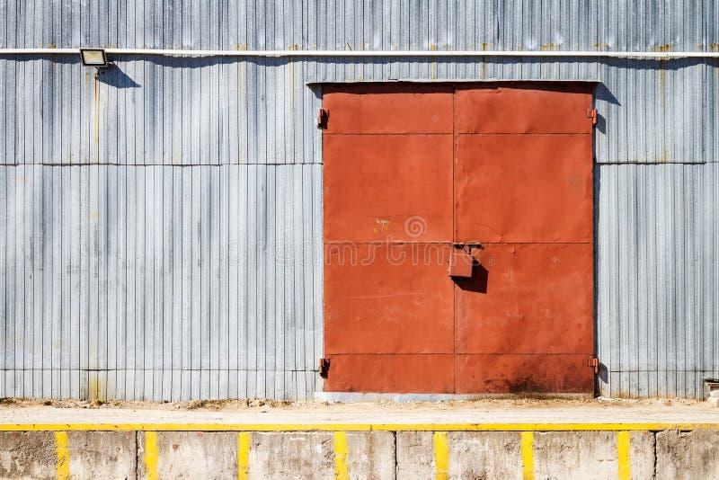 Stary metalu magazynu drzwi, hangar brama fotografia stock