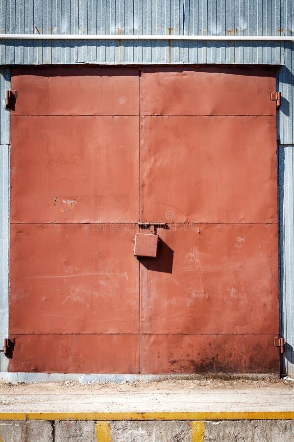 Stary metalu magazynu drzwi, hangar brama zdjęcie stock