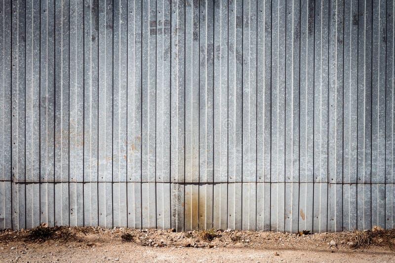Stary metalu magazynu drzwi, hangar brama zdjęcia stock