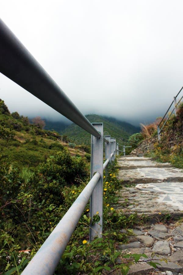 Stary metalu poręcz obok stromej doliny i schodków w górach Cinqueterre, Włochy zdjęcia stock