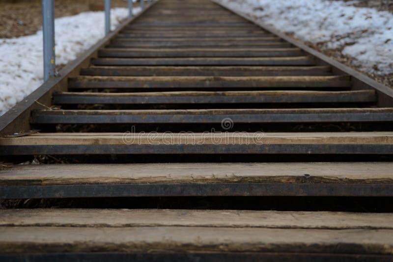 Stary metalu schody z drewnianymi krokami zdjęcia stock
