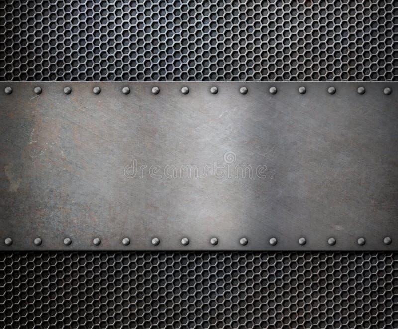 Stary metalu wieśniaka talerz nad siatki tłem zdjęcia royalty free