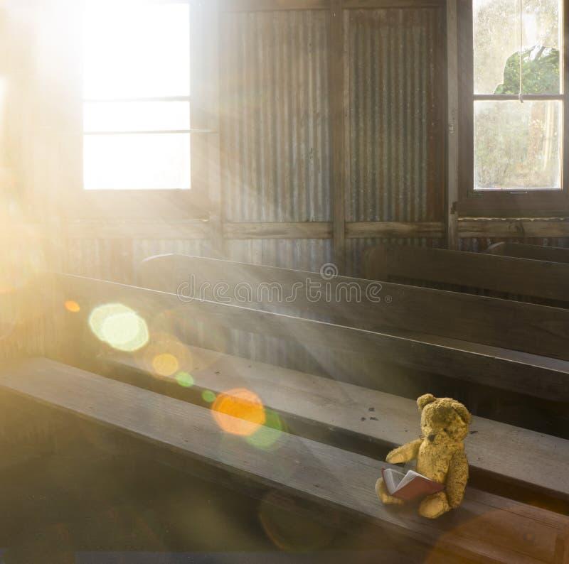 Stary miś w zaniechanym kościół obraz royalty free