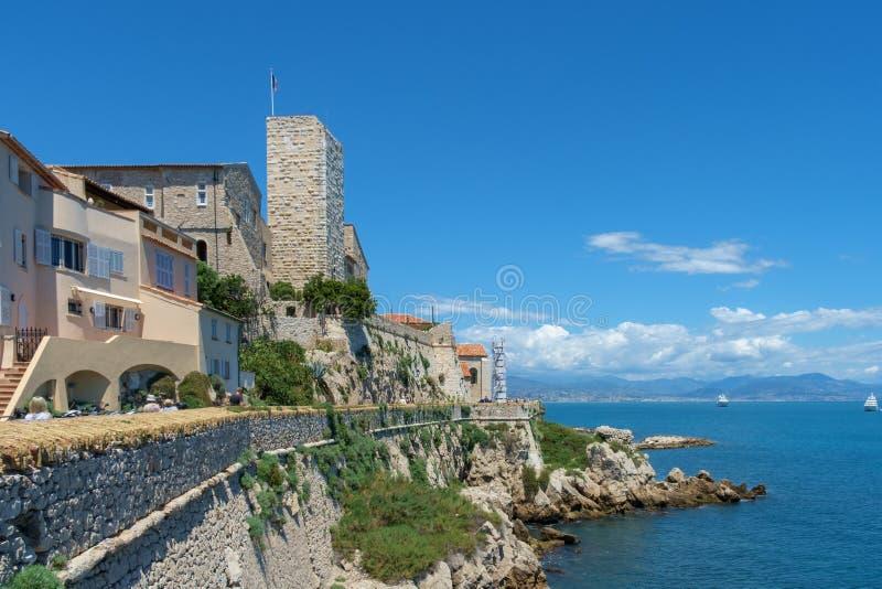 Stary miasteczko Antibes i swój ochronne kamienne ściany obraz royalty free