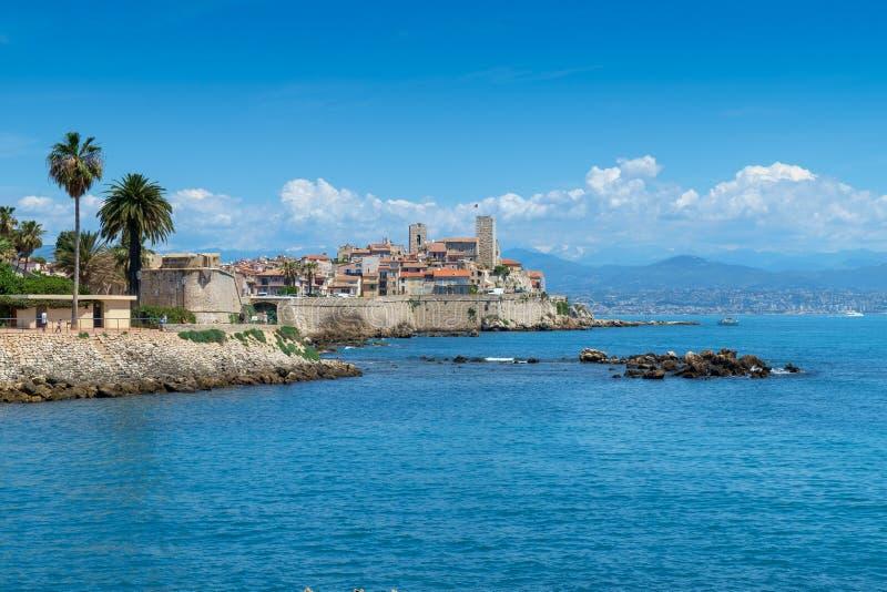Stary miasteczko Antibes i swój ochronne kamienne ściany obrazy royalty free