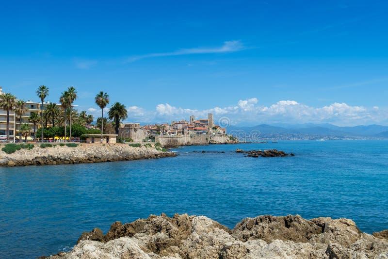 Stary miasteczko Antibes i swój ochronne kamienne ściany obraz stock