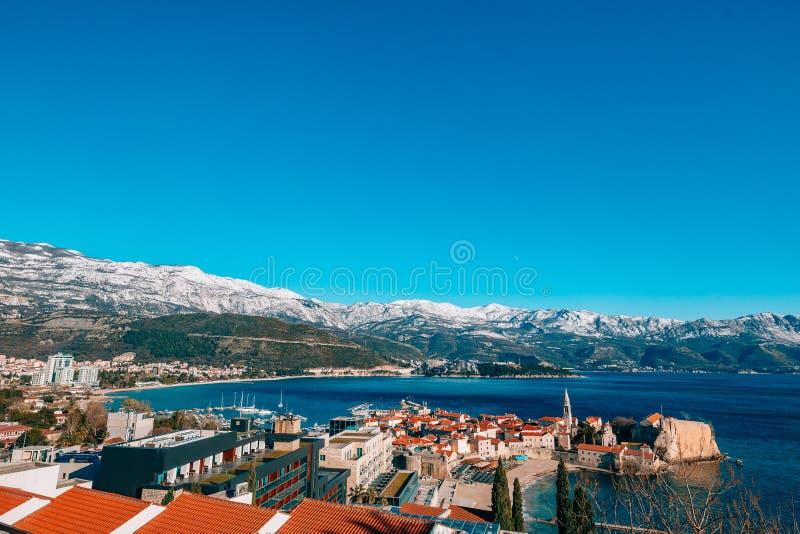 Stary miasteczko Budva, góry zakrywać z śniegiem fotografia royalty free