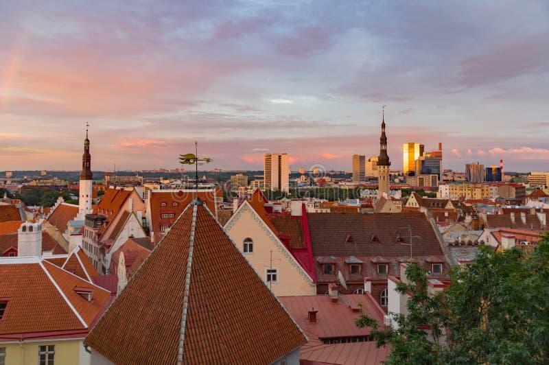 Stary miasteczko i nowożytni budynki przeciw zmierzchu niebu, Tallinn fotografia stock