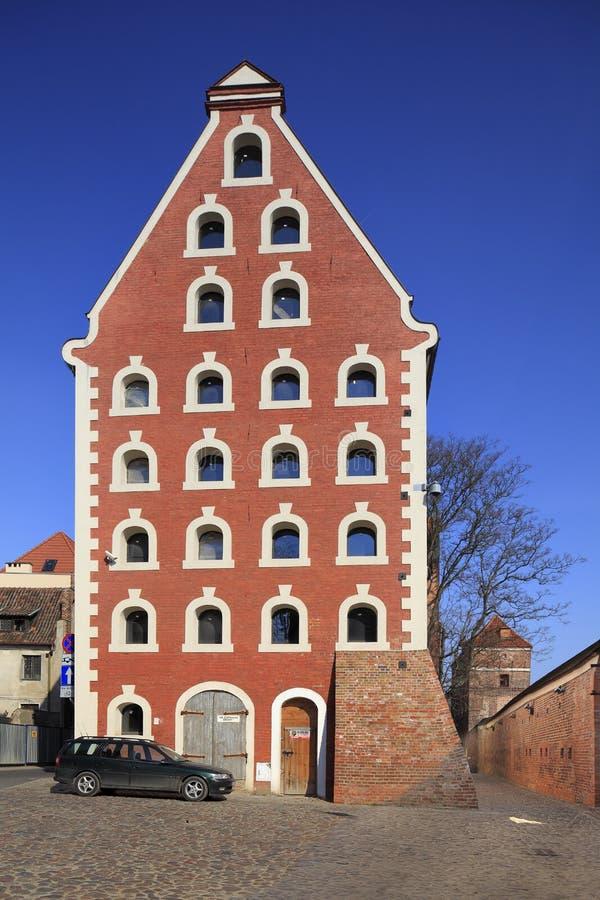 Stary miasteczko i Oparty wierza ulica w Toruńskim, Polska obraz stock
