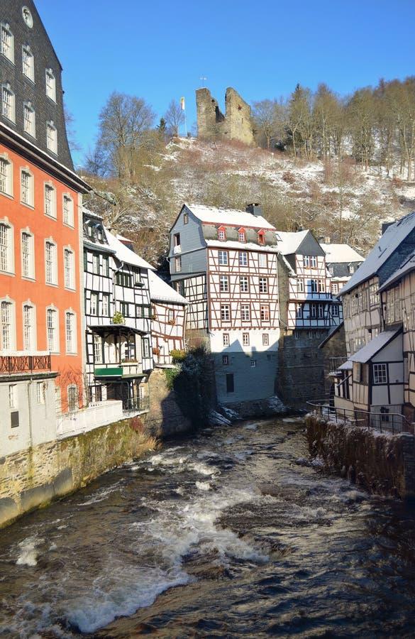 Stary miasteczko Monschau, Niemcy Centrum miasta w śnieżnej zimie Piękni widoki historyczny centre stary miasteczko Monschau obraz royalty free