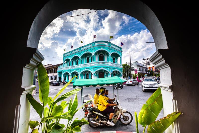 Stary miasteczko Phuket, błękitny budynek i miasta życie, obraz royalty free