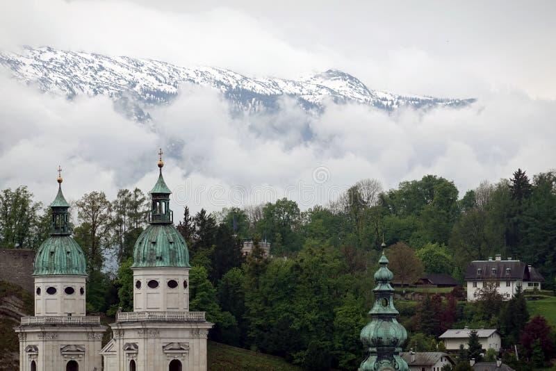 Stary miasteczko Salzburg widok przed wysokimi Alps górami fotografia royalty free