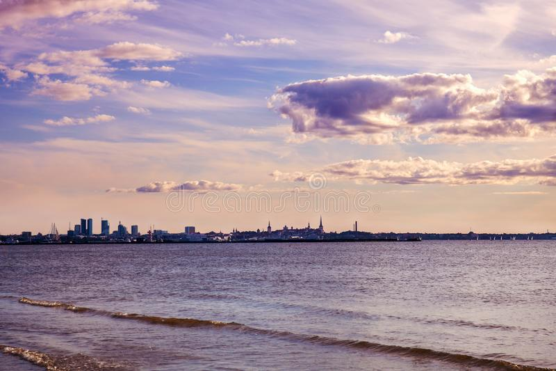 Stary miasteczko Tallinn Widok miasto od Fińskiej zatoki morze bałtyckie przeżyty brzmienie skutek obrazy royalty free