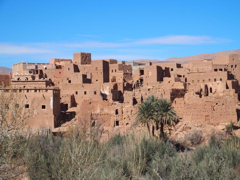 Stary miasteczko Tinghir, zielona palmowa oaza i skalisty atlant gór pasma krajobraz w southeastern Maroko, obraz stock