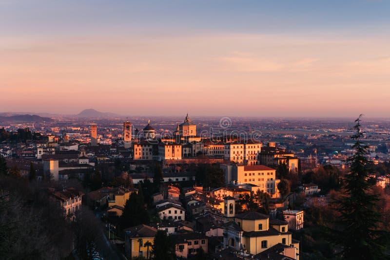 Stary miasteczko w Bergamo podczas zmierzchu fotografia royalty free