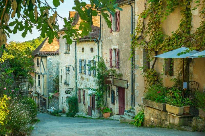 Stary miasteczko w Francja z roślinnością obraz royalty free