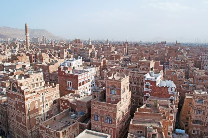 Stary miasto Sana'a, dekorujący domy, pałac, minarety i meczet w mgle, Jemen zdjęcia royalty free