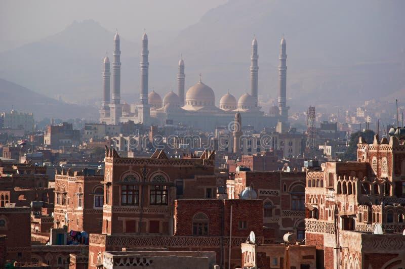 Stary miasto Sana'a, dekorujący domy, pałac, minarety i Saleh meczet w mgle, Jemen zdjęcie royalty free