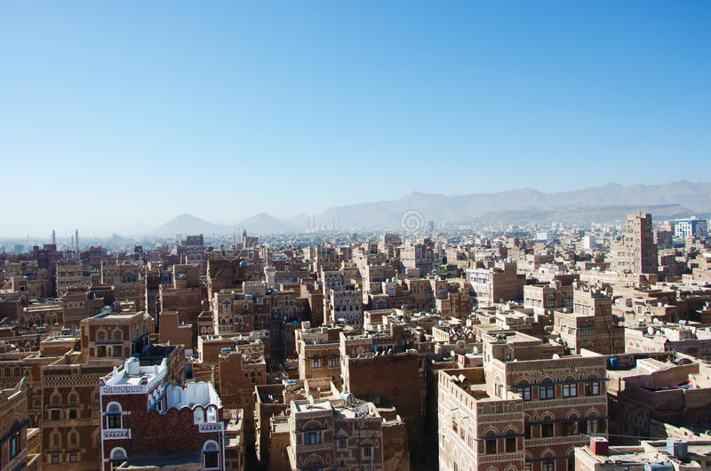 Stary miasto Sana'a, dekorujący domy, pałac, minarety i Saleh meczet w mgle, Jemen fotografia royalty free