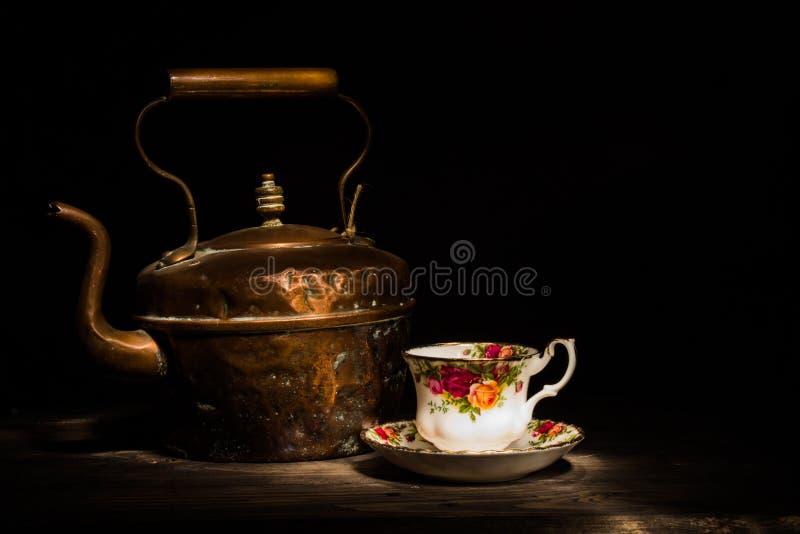 Stary miedziany czajnik i róży porcelana teacup obrazy royalty free