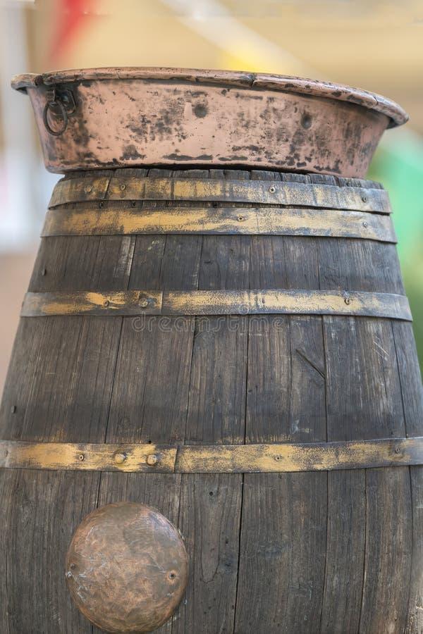 Stary miedziany miotacz na drewnianej baryłce obraz royalty free
