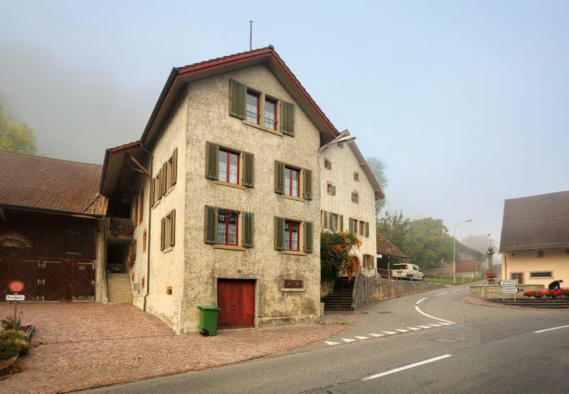 Stary mieszkaniowy sąsiedztwo na mgłowym jesień dniu Villigen, Szwajcaria fotografia royalty free
