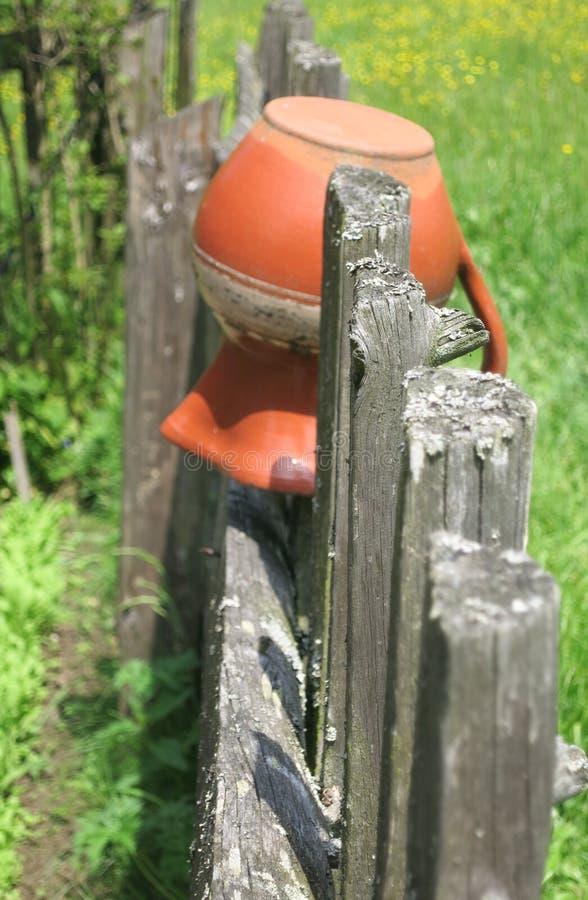 Stary miotacz na ogrodzeniu zdjęcie royalty free