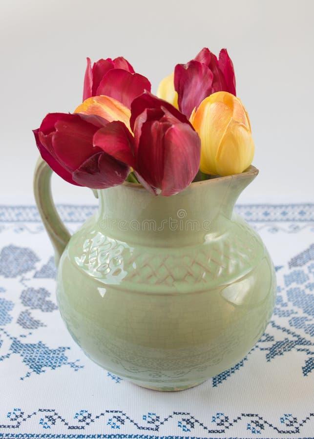 Stary miotacz z kwiatami tulipany zdjęcia royalty free