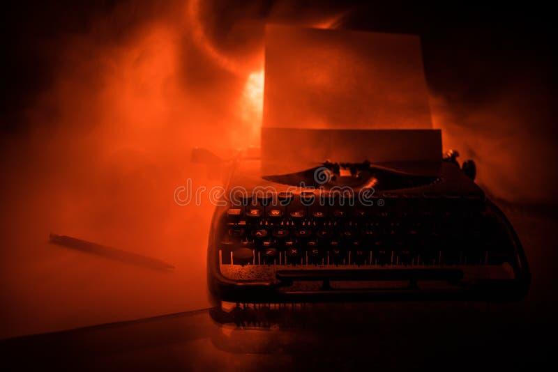 Stary mody typewritter na ciemnym mgłowym tle Zamyka w górę rocznika typewritter maszyny fotografia stock