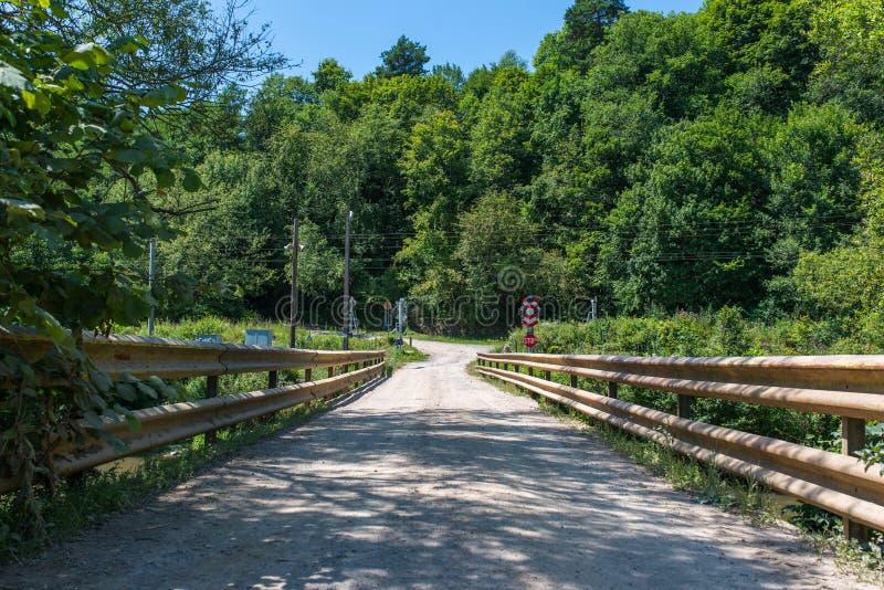 Stary most, droga gruntowa nad Olt rzeką w Transylvania, Rumunia zdjęcia stock