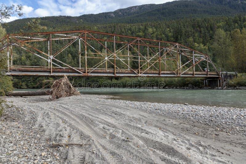 Stary most nad Dyea rzeką blisko Klondike gorączki złotej dziejowego parka blisko Skagway Alask obrazy royalty free